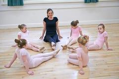 Группа в составе маленькие девочки с учителем в классе танцев балета Стоковая Фотография