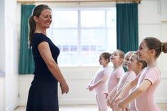 Группа в составе маленькие девочки с учителем в классе танцев балета Стоковые Фотографии RF