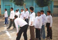 Группа в составе мальчики играя футбол в Египте Стоковая Фотография RF
