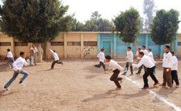 Группа в составе мальчики играя футбол в Египте Стоковые Фото
