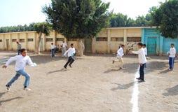 Группа в составе мальчики играя футбол в Египте Стоковые Фотографии RF