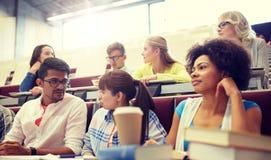 Группа в составе международные студенты на лекции стоковое фото rf