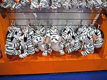 Группа в составе милые белые куклы тигра на полке на парагоне Sho Сиама стоковая фотография rf