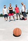 Группа в составе многокультурные баскетболисты на суде Стоковое Изображение RF