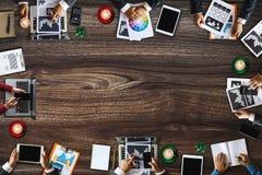 Группа в составе многонациональные занятые люди работая в офисе стоковые фотографии rf