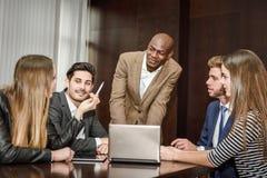 Группа в составе многонациональные занятые люди работая в офисе Стоковая Фотография