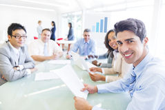 Группа в составе многонациональные корпоративные люди имея деловую встречу стоковые фото