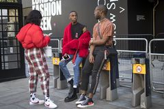 Группа в составе модно одетые друзья беседуя на входе к зданию стоковые изображения rf