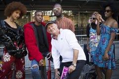 Группа в составе модно одетые друзья беседуя на входе к зданию стоковое изображение rf