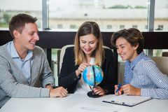 Группа в составе молодой поиск глобуса исследования студентов для страны перемещения Стоковые Фотографии RF