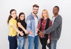 Группа в составе молодой стоять взрослых стоковое изображение rf