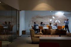 Группа в составе молодые бизнесмены бросая документы Стоковое Фото