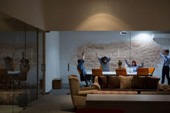 Группа в составе молодые бизнесмены бросая документы Стоковые Фотографии RF