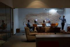 Группа в составе молодые бизнесмены бросая документы Стоковое Изображение