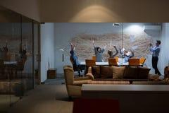 Группа в составе молодые бизнесмены бросая документы Стоковые Фото