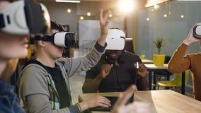 Группа в составе молодые бизнесмены имея встречу используя стекла виртуальной реальности vr в современном офисе акции видеоматериалы