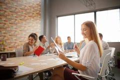Группа в составе молодые бизнесмены и дизайнеры Они работая на новом проекте Startup концепция Стоковые Фото