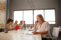 Группа в составе молодые бизнесмены и дизайнеры Они работая на новом проекте Startup концепция Стоковые Изображения RF