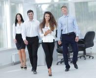 Группа в составе молодые бизнесмены в офисе Стоковые Изображения