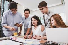 Группа в составе молодые бизнесмены работая на столе офиса Стоковая Фотография RF
