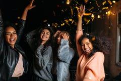 Группа в составе молодые женщины вися вне совместно Стоковые Изображения