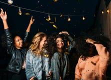Группа в составе молодые женщины имея партию на ноче Стоковые Изображения RF