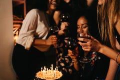 Группа в составе молодые женщины празднуя день рождения Стоковые Изображения RF
