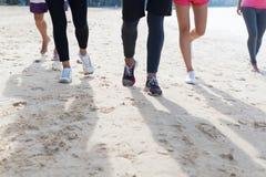 Группа в составе молодые люди бежать на бегунах спорта крупного плана ног пляжа Jogging разрабатывающ команду тренируя совместно Стоковые Изображения