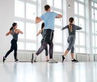 Группа в составе молодые люди делая exercices фитнеса стоковое изображение