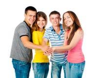 Группа в составе молодые люди держа руки Стоковая Фотография