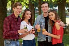 Группа в составе молодые люди наслаждается вытрезвителем стоковое изображение rf