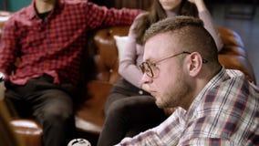 Группа в составе молодые люди обсуждая новый проект видеоматериал