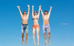 Группа в составе молодые люди скакать Стоковое Изображение