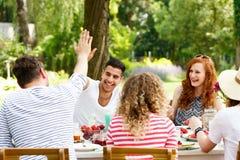Группа в составе молодые люди снаружи стоковое изображение rf
