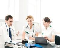 Группа в составе молодые медицинские работники совместно Стоковое фото RF