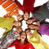 Группа в составе молодые подростки вися вне совместно стоковые изображения