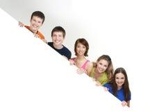 Группа в составе молодые подростки держа белое знамя Стоковая Фотография