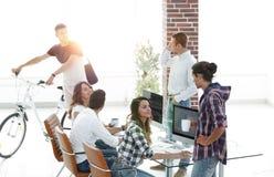 Группа в составе молодые работники в современном офисе Стоковая Фотография
