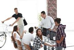 Группа в составе молодые работники в современном офисе Стоковое Изображение