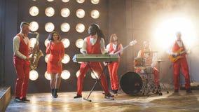 Группа в составе молодые стильные люди играя джаз на клубе сток-видео