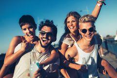 Группа в составе молодые счастливые друзья имея время потехи стоковое изображение rf