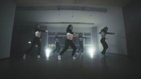 Группа в составе молодые танцоры бедр-хмеля выполняя на этапе танцуя счастливые женщины видеоматериал