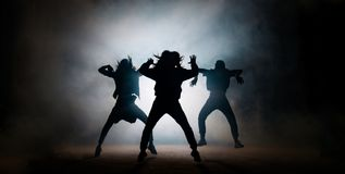 Группа в составе молодые танцоры бедр-хмеля выполняя на этапе стоковое изображение