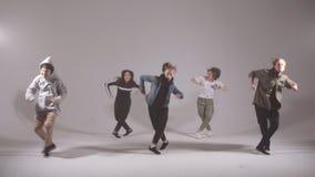 Группа в составе молодые танцоры бедр-хмеля выполняя на этапе акции видеоматериалы