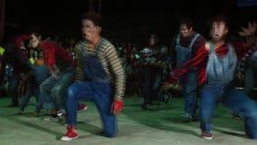 Группа в составе молодые человеки в различном утесе и соединенные костюмы хеллоуина танцуют состязание видеоматериал