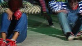 Группа в составе молодые человеки в различном утесе и соединенные костюмы хеллоуина танцуют состязание акции видеоматериалы