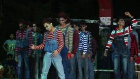 Группа в составе молодые человеки в различном утесе и соединенные костюмы хеллоуина танцуют состязание сток-видео