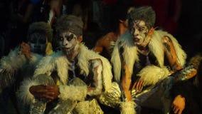 Группа в составе молодые человеки в различных соединенных костюмах утеса и зверя танцует состязание акции видеоматериалы