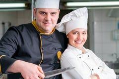 Группа в составе молодые шеф-повара prepairing еда в роскошном ресторане Стоковое Фото