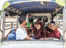 Группа в составе монахи послушника выходя висок после утренних молитв, Bagan Dhammayangyi, Мьянма Стоковая Фотография RF